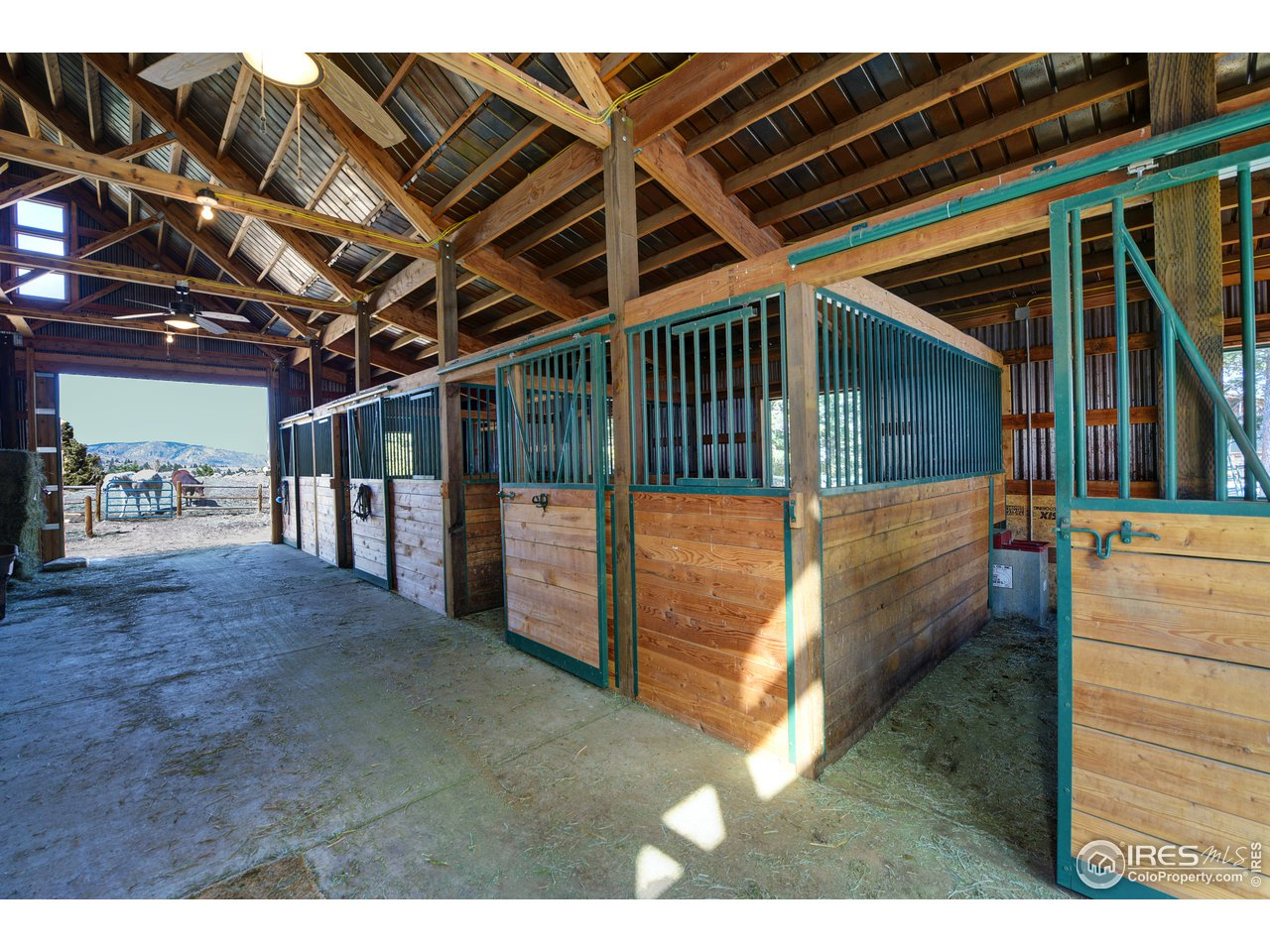 1,600 sqft, 4 stall barn with lounge area