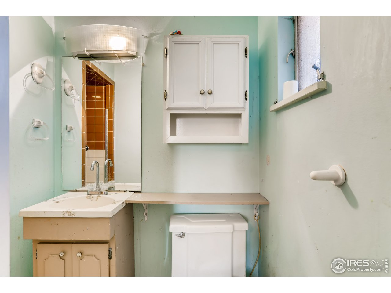 3/4 attached primary bath