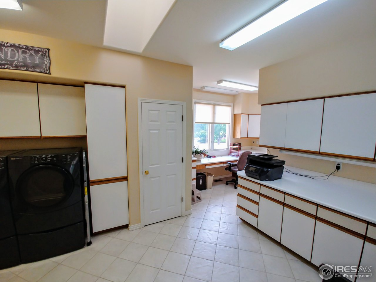 Spacious laundry room w/desk for office