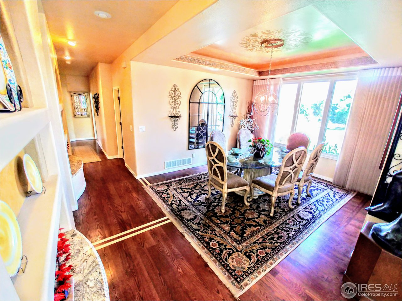 Open dining room w/room for collectables
