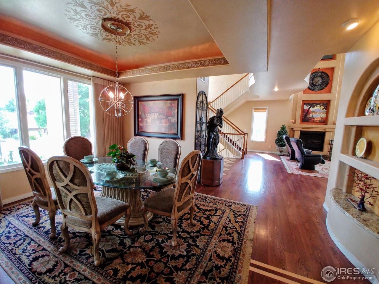 Elegant dining room w/trey ceiling