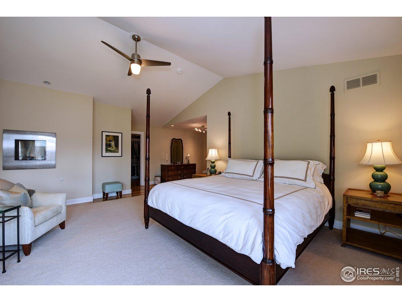 Vaulted ceilings, wood floors unter rug