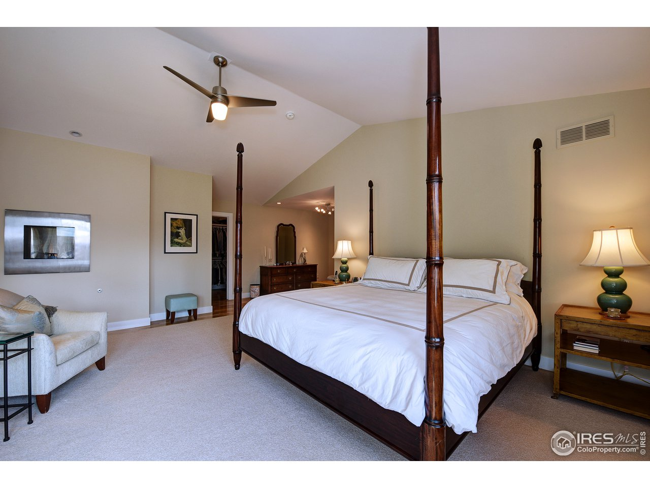 Vaulted ceilings, wood floors unter rug