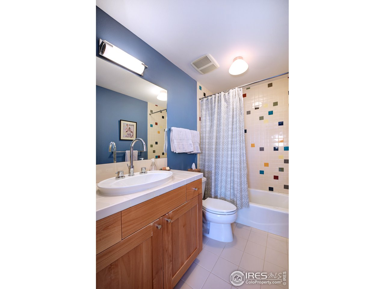 En suite full bath in 2nd bedroom