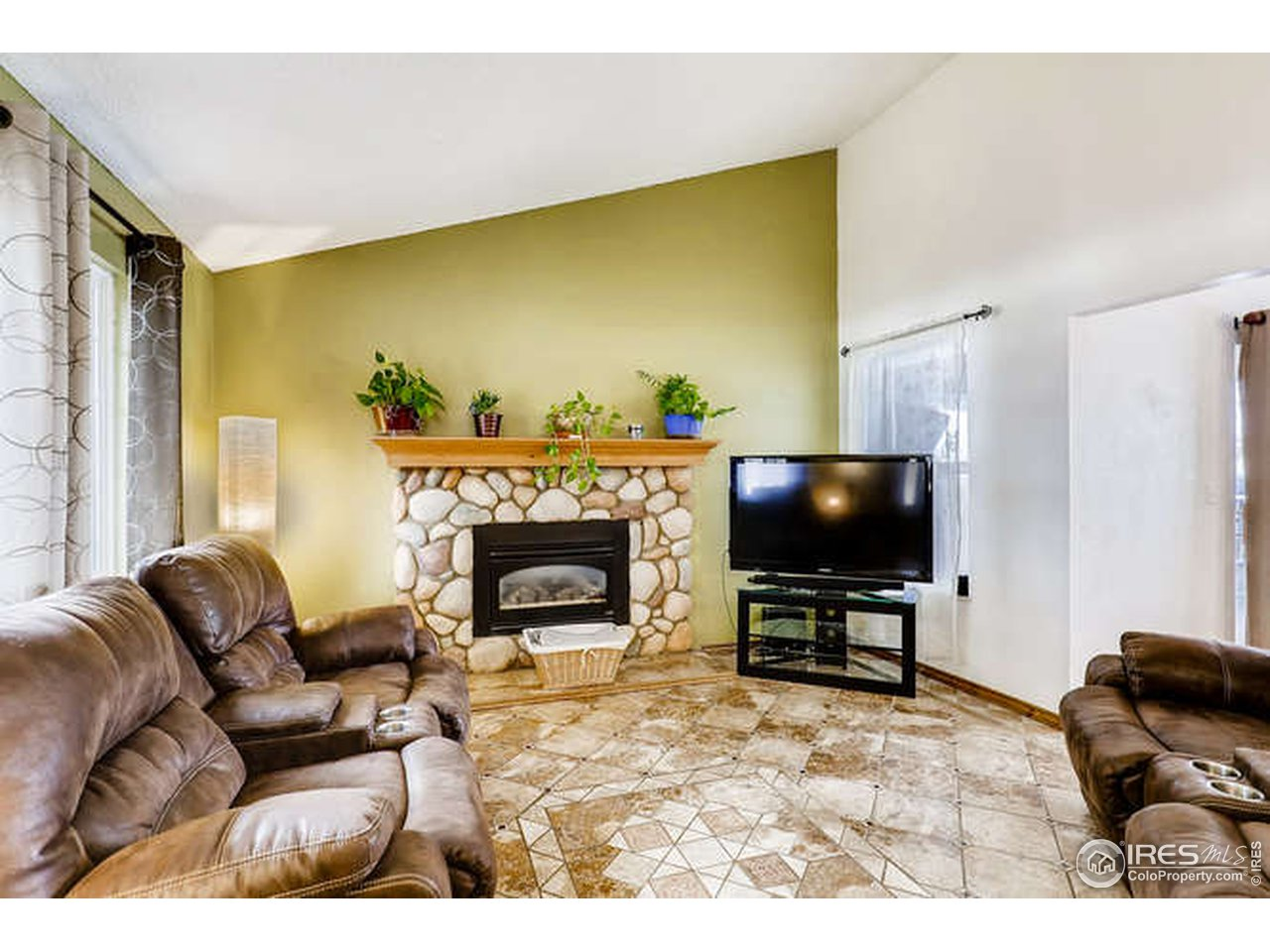 Vaulted Ceilings, gas fireplace