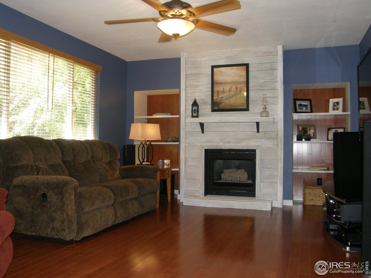 Family room w/ gas fireplace