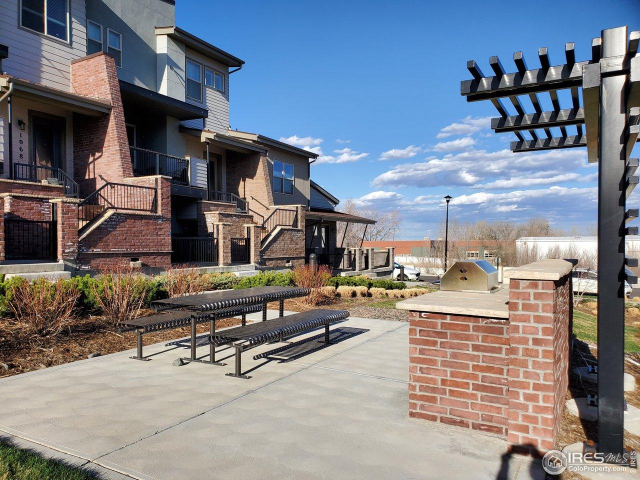 Town home sits on HOA greenbelt