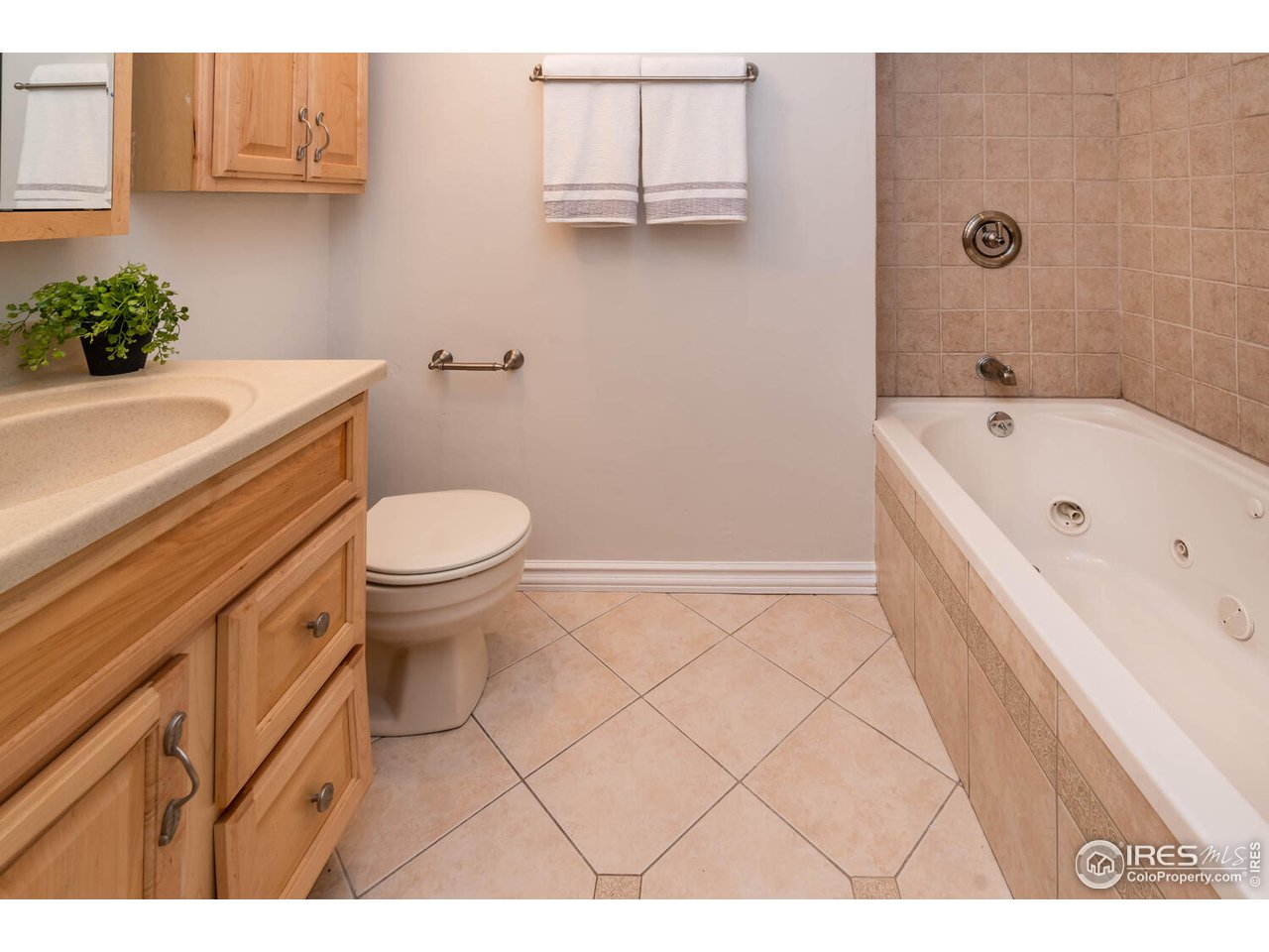 Updated full bathroom with jetted tub