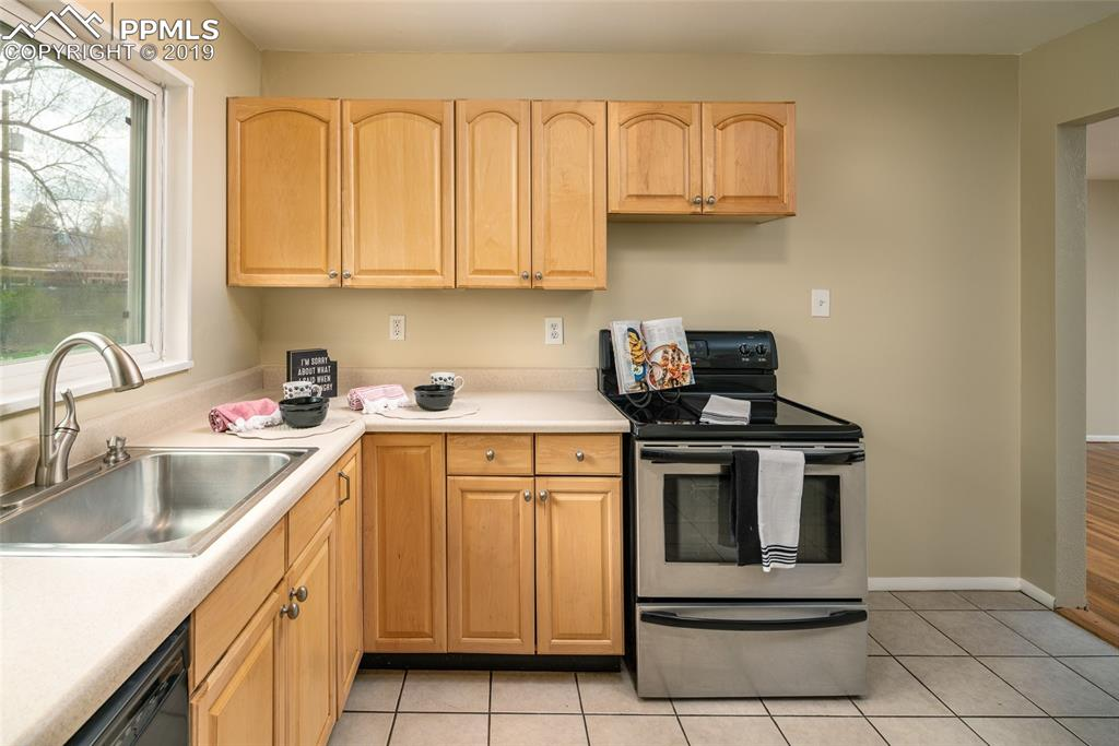 Stainless steel oven/cooktop; Tile floors