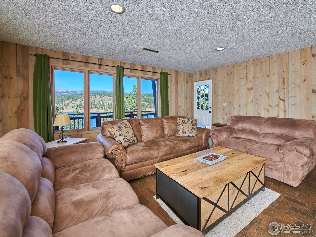 Lower level family room w/ walk out to deck