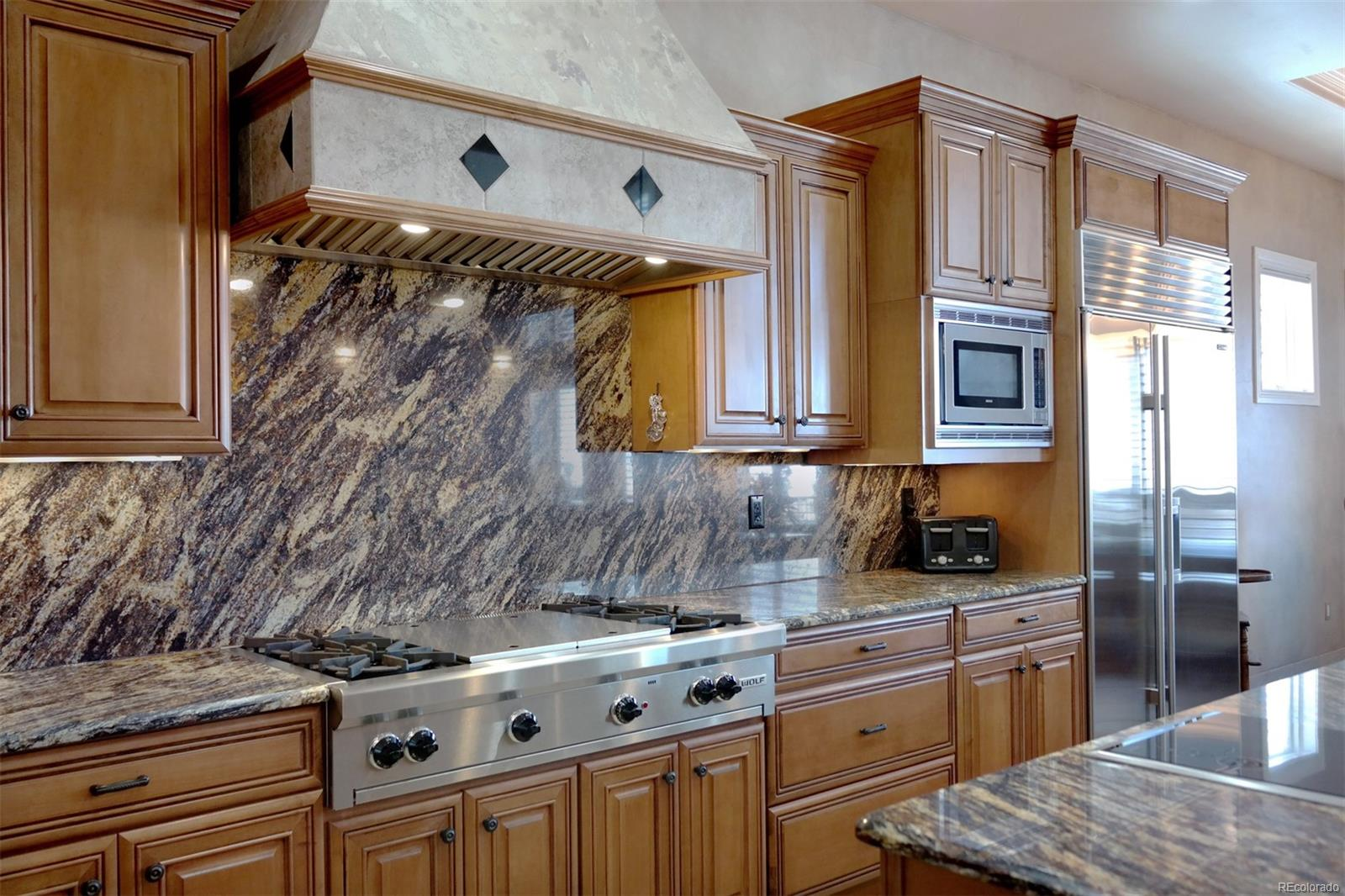 Wolf Gas Cooktop & Custom Range Hood