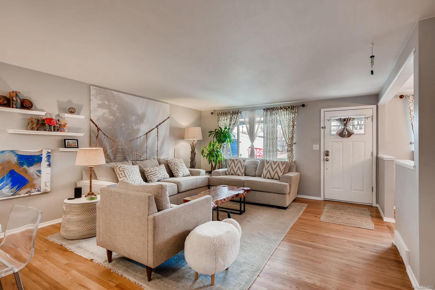 Open & bright floorplan, perfect for just about anything