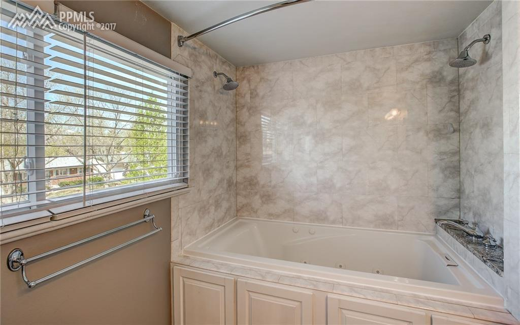 Oversized Tub, Dual Showerhead