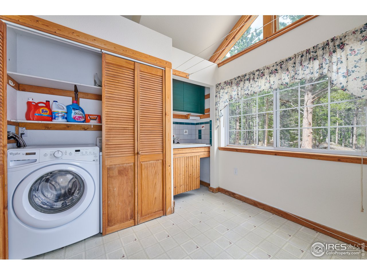 Large entry mudroom & laundry area
