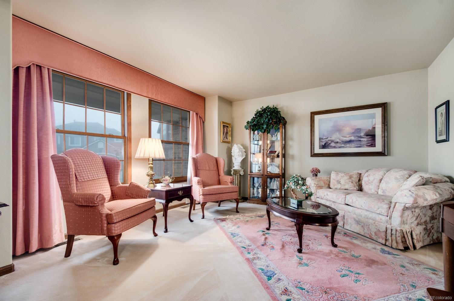 Enjoy natural light from the large windows!
