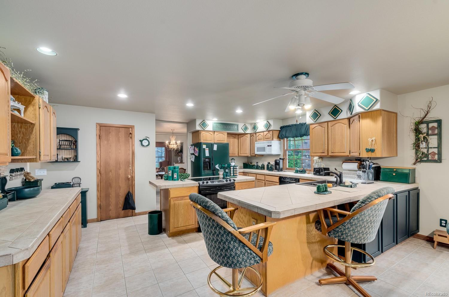 Breakfast bar and pantry offer extra convenience!