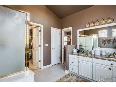 En-suite 5 piece bath