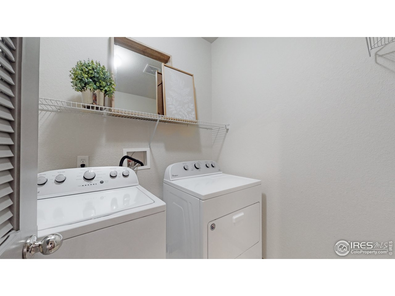 Laundry (washer/dryer included)