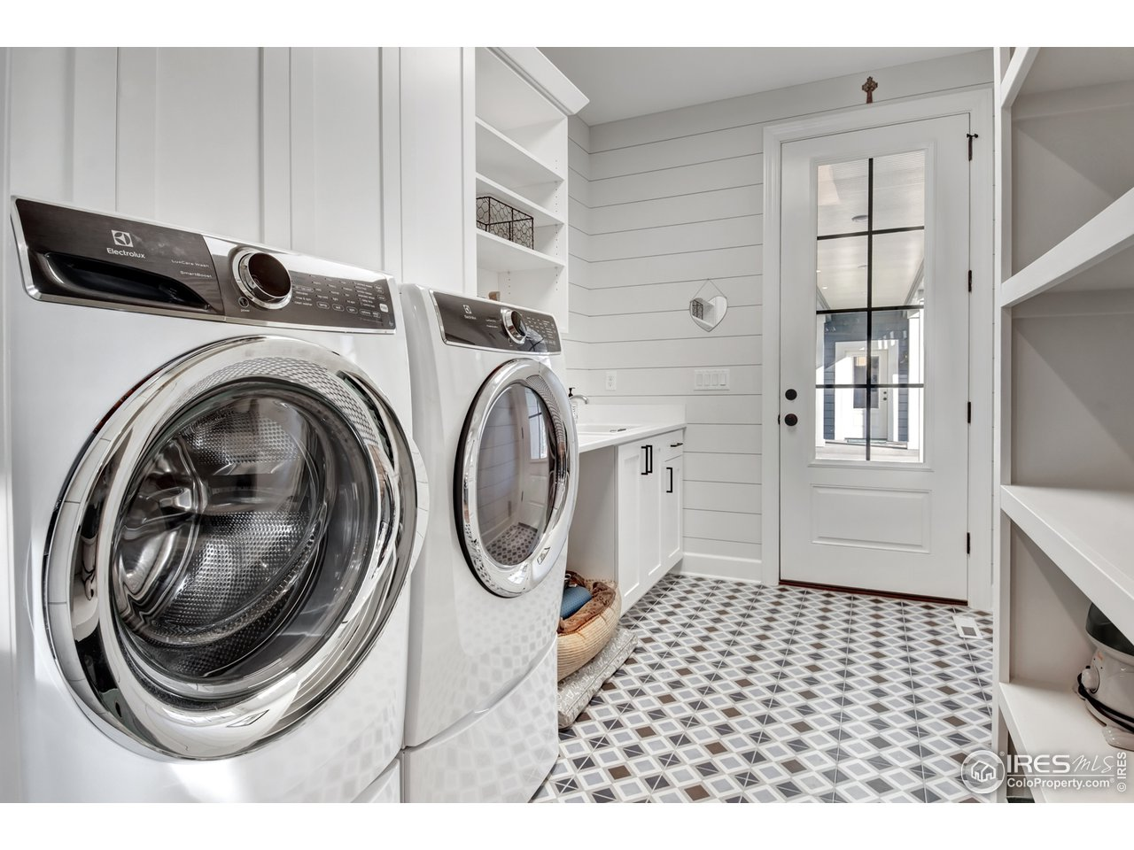 Laundry Room w/ Tub