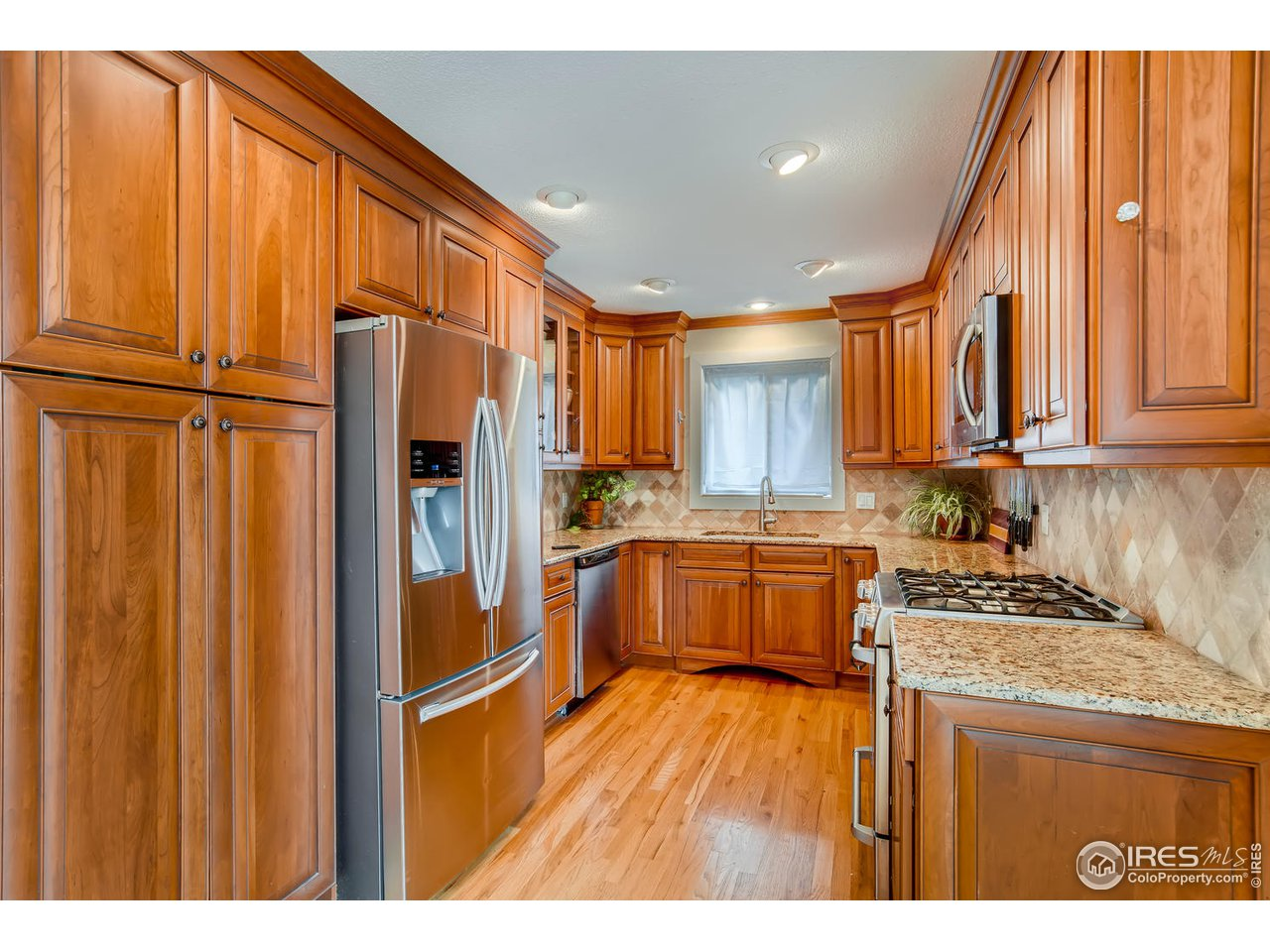 Chef's Kitchen with stainless steel, Gas stove