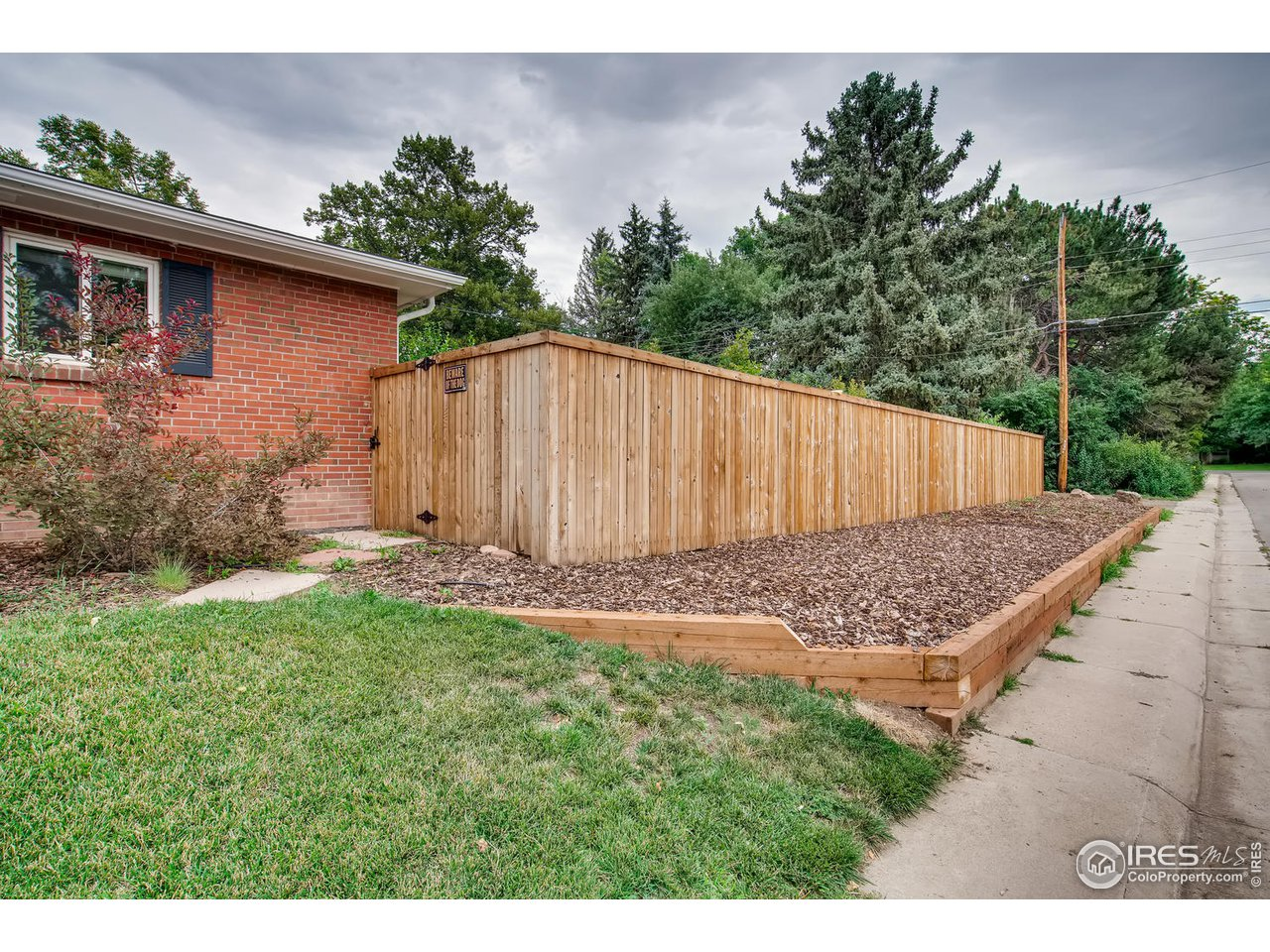 Retaining wall with irrigated garden bed