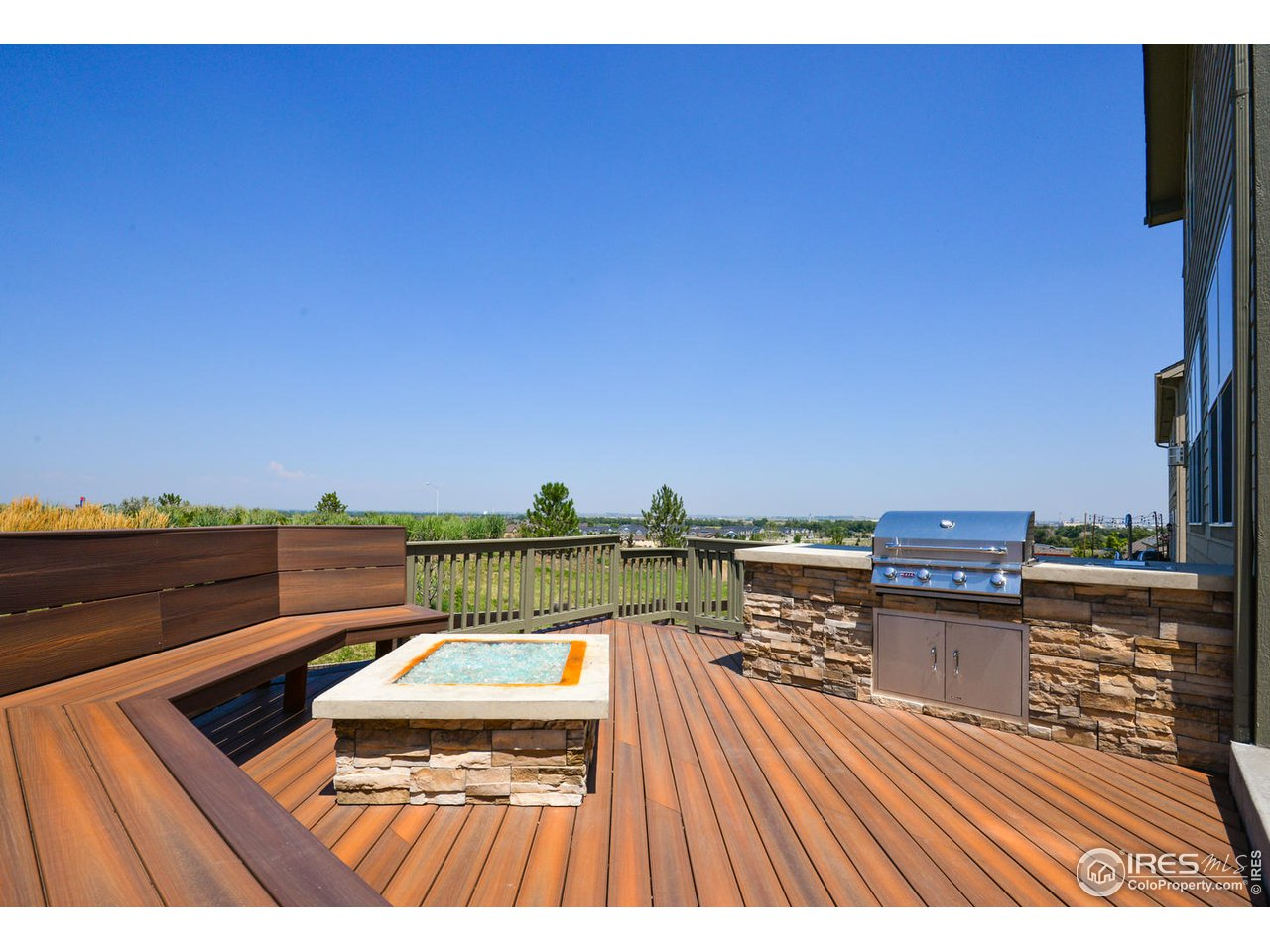 Huge deck w/ built in bench seating