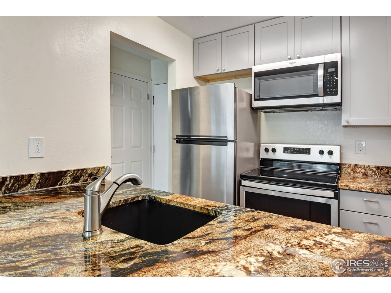 New Granite countertops and Stainless Appliances