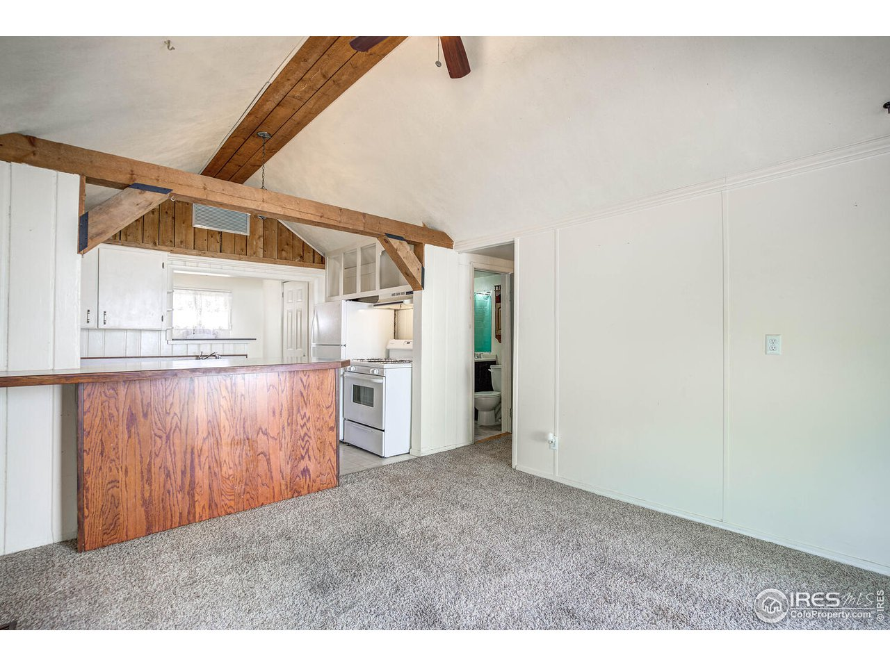 Open floor plan! The kitchen offers a large peninsula with additional seating for entertaining and serving.
