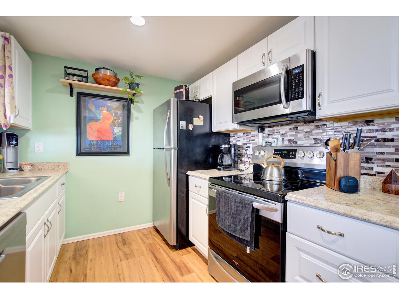 10 x 8 full kitchen, all appliances included.