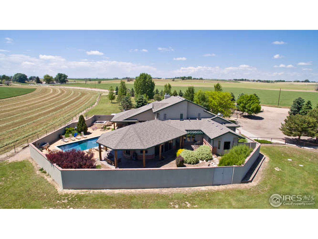 Amazing and private w/ pool and full horse setup