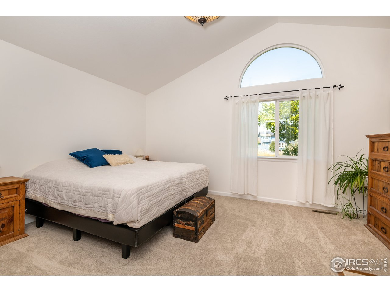 Primary Suite w/vaulted ceilings