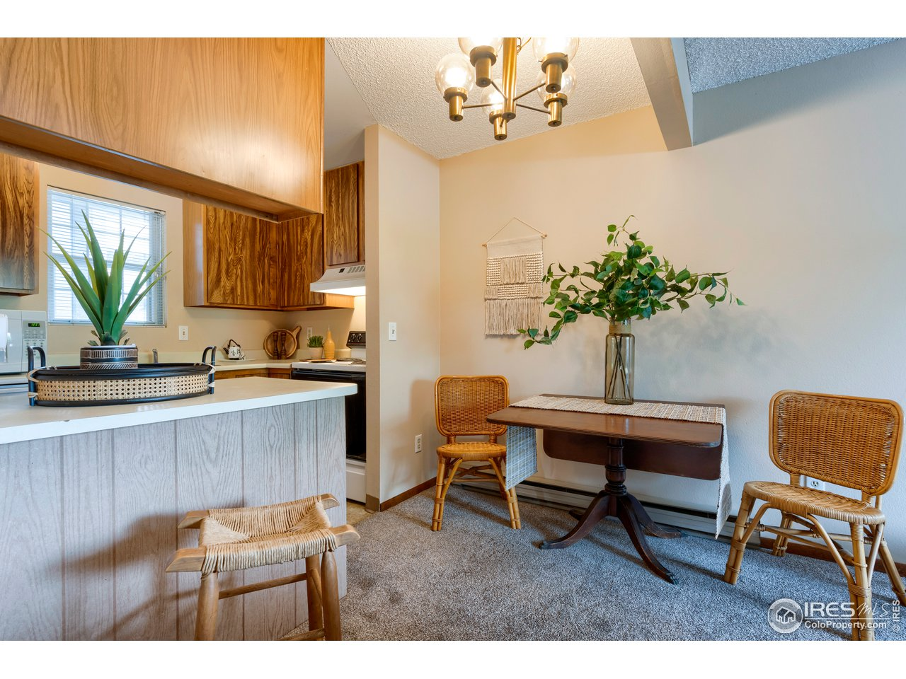 Kitchen peninsula & small dining space